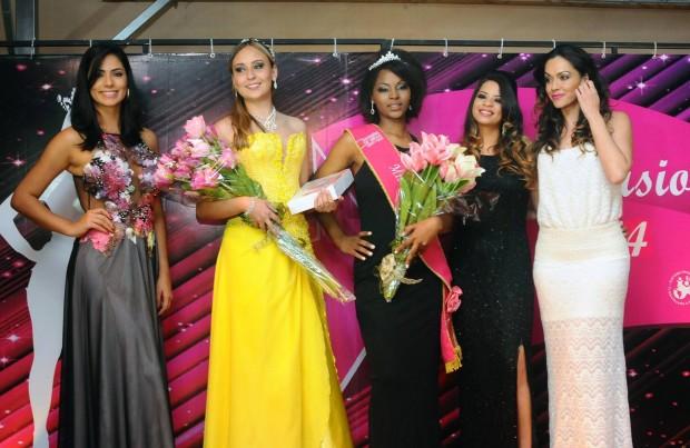 Roberta, de amarelo, foi eleita pelas outras candidatas como Miss Simpatia. Foto: Henrique Chendes