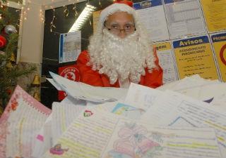 Com o objetivo de responder às cartas das crianças que escrevem ao Papai Noel, o Correios lançou na última sexta-feira ...