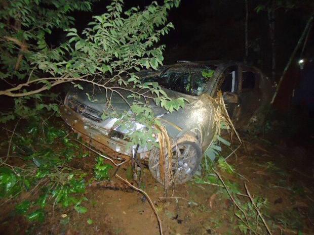 Uma pessoa morreu e três ficaram feridas após carro bater em uma árvore (Foto: PRF Pouso Alegre)