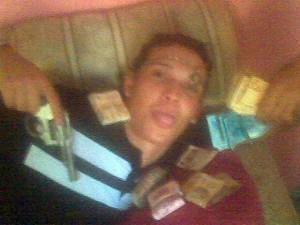 """""""Vaninho"""" se exibe com foto e dinheiro."""