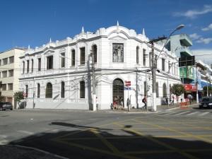 Aberta ao público, a Biblioteca Municipal passa a funcionar no prédio histórico que abrigou o Fórum.