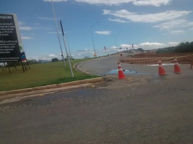 Avenida tem apresentado problemas de infraestrutura há meses. Prefeitura diz que asfalto está cedendo e medida é preventiva.