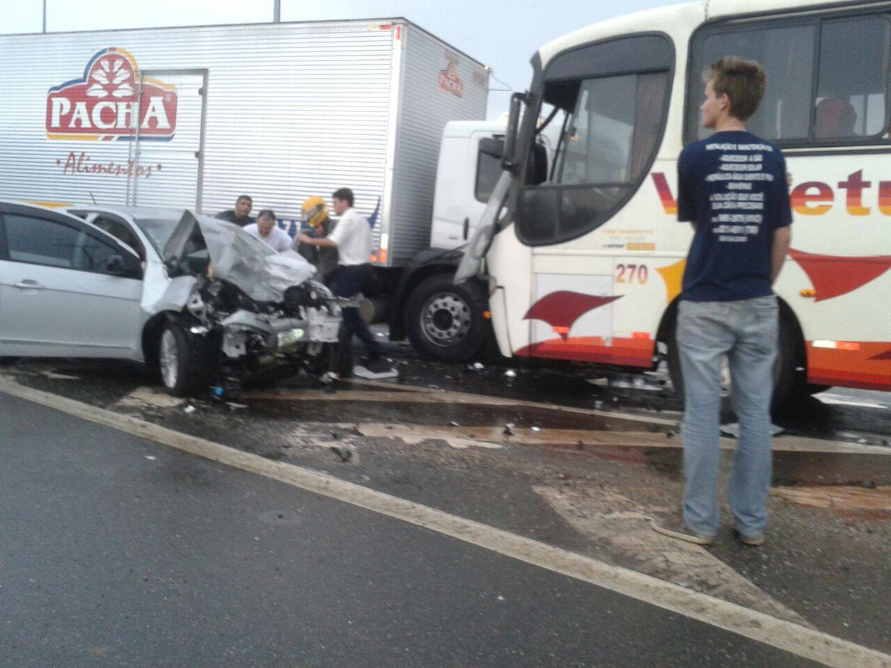 Carro bateu de frente com ônibus.