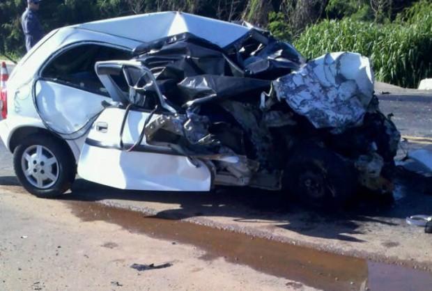 Ocupantes do veículo morreram na hora. Veículo bateu de frente com caminhão.