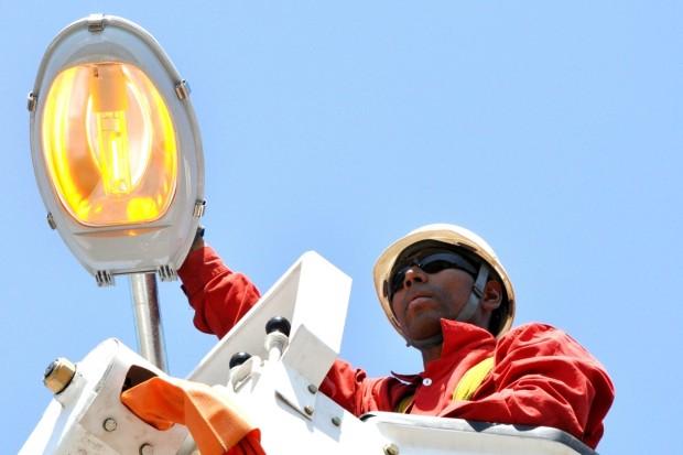 Manutenção da iluminação pública agora é responsabilidade do município. Energia continuará sendo fornecida pelas concessionárias.