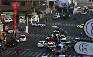 7 viaturas cercaram veículo em meio ao centro de Pouso Alegre. Motorista teria se recusado a descer do veículo.