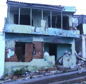 Local tem sido usado para consumo de drogas. Prefeitura deve demolir a casa no dia 19 deste mês.