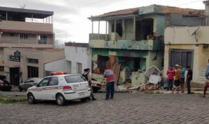 Com risco de desmoronar, local se tornou ponto de uso de drogas, e é motivo constante de reclamações dos moradores. Casa deveria ter sido demolida dia 19.