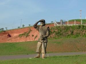 Pouso Alegre tem na entrada principal da cidade, um herói desbravador, ou um bandido sanguinário?