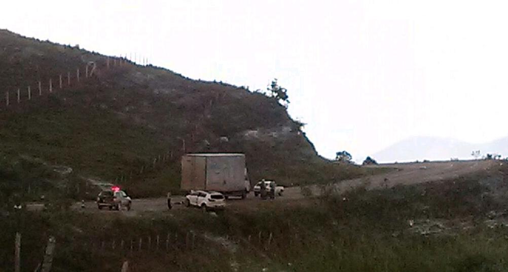 Na BR 459, colisão entre dois carros e um caminhão