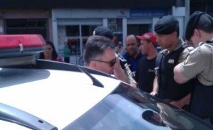 Testemunhas disseram que a policial chutou o promotor de justiça. A soldado nega agressão.