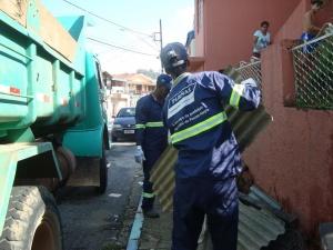 Ao lado dos Bombeiros, agentes da vigilância sanitária visitaram casas. Moradores foram orientados a tomar todos os cuidados para evitar que o mosquito da dengue se prolifere.