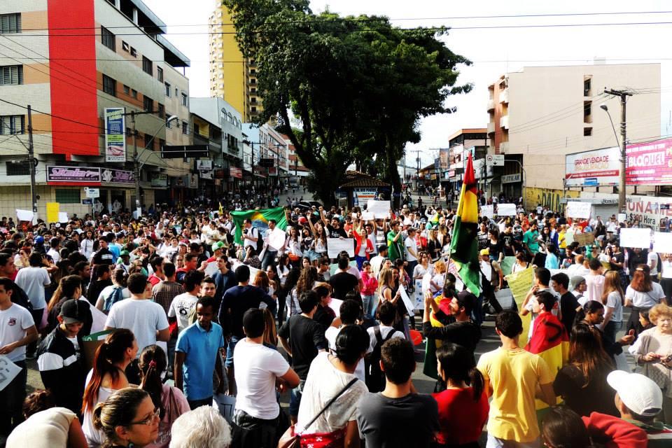 Em 2013, aproximadamente 4 mil pessoas percorrem  às ruas de Pouso Alegre. Foto arquivo / Coletivo