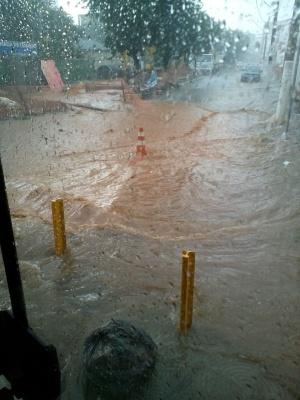 Chuva era acompanhada de forte ventania e de granizos. Diversos pontos da cidade ficaram alagados.
