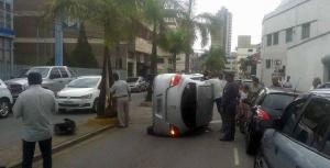 Segundo pessoas próximas, o motorista se distraiu ao pegar objeto que caiu no assoalho do carro. O veículo subiu no passeio, bateu no coqueiro e tombou.