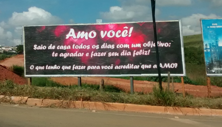 Outdoor tem chamado a atenção de quem passa pela Avenida <a class='post_tag' href='http://pousoalegre.net/topicos/dique-2/' >Dique 2</a>. Foto: Pouso Alegre .NET