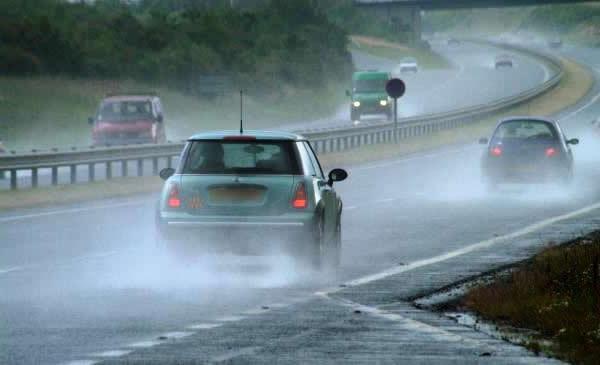Com feriado chuvoso, motoristas devem redobrar a atenção