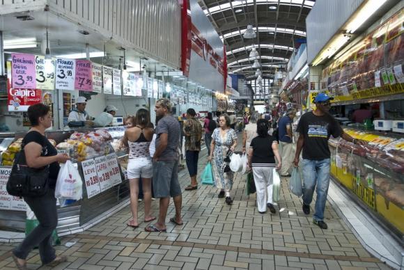 Confiança do consumidor parou de cair em março, revela CNI