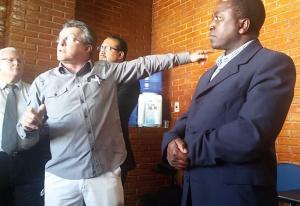 Flagrante feito por servidores foi exibido durante sessão na Câmara. Vereador pediu o afastamento do Secretário Antônio Carlos