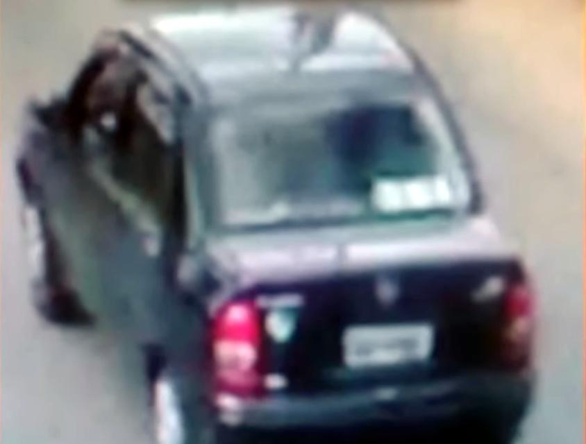 Ladrões teriam utilizado este veículo Corsa Sedan Preto. As imagens são do sistema 'Olho Vivo' da Polícia Militar.