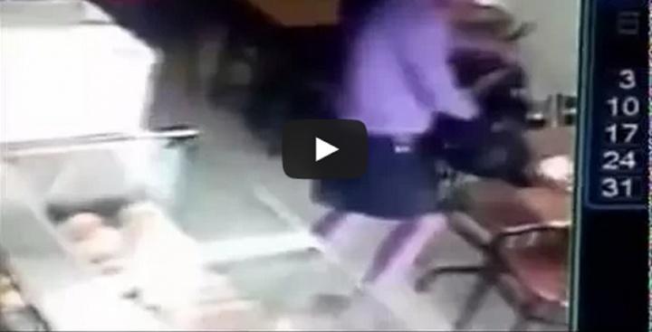 Câmera de segurança do local gravou o momento em que a mulher furta smartphone de outro cliente. Vídeo esta sendo muito compartilhado na internet.