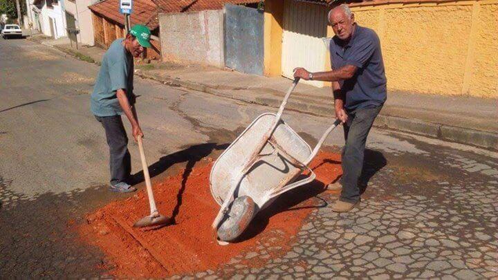 Cansados com o descaso da prefeitura, moradores do bairro Monte Azul resolveram tapar eles mesmos os buracos. Foto: Reprodução Facebook PA Depressão