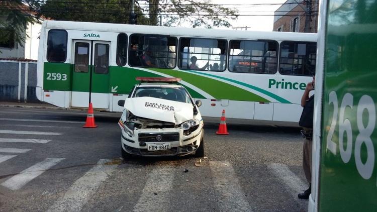 Acidente entre ônibus e viatura da PM fechou o trânsito