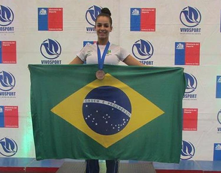 A atleta Aline Gomes representou o Brasil no Campeonato Sul-Americano de Karatê e conquistou a medalha de bronze