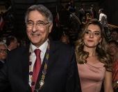 Carolina Oliveira, mulher do governador de Minas, recebeu R$ 1,2 milhão só de empresas com contratos com o BNDES. Pimentel era ministro do Desenvolvimento, a quem banco estava subordinado. Carolina admitiu em nota que recebeu valores de empresas citadas na Operação Acrônimo.