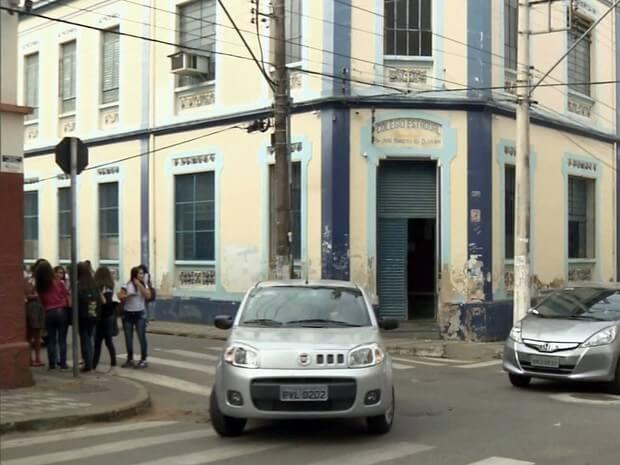 Briga aconteceu em frente a escola estadual em Pouso Alegre (MG) (Foto: Reprodução EPTV)