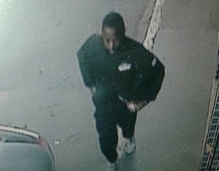 Suspeito foi flagrado por câmeras de segurança.