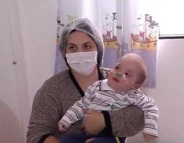 O pequeno Augusto é portador da gangliosidose GM1, uma doença rara e sem cura. Família luta para sustentar a casa e o tratamento do bebê.