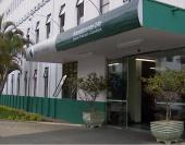 Funcionária pediu mais de R$ 6 mil ilegalmente a um pai para garantir procedimentos para seu filho. Funcionária foi demitida.