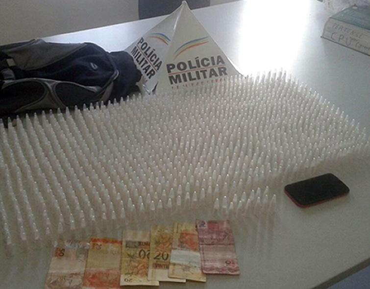 Jovem carregava mais de mil pinos de cocaína na mochila. Foto: Polícia Militar