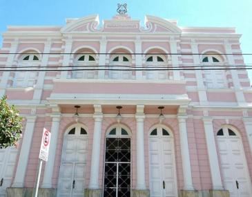Desde que foi fechado, prefeitura  não deu previsão para o inicio das obras ou para a reabertura do Teatro. Fechado há quase dois meses, Teatro permanece sem obras, enquanto artistas procuram espaços alternativos.