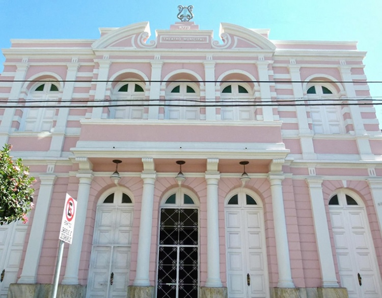 Teatro Municipal de Pouso Alegre permanece sem obras após 2 meses fechado