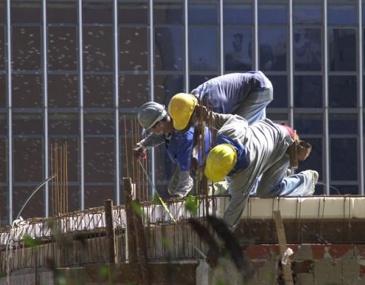O nível de emprego na construção civil brasileira registrou queda de 1,14% em maio, na comparação com abril. O saldo entre demissões e contratações ficou negativo em 36,7 mil trabalhadores, segundo o Sindicato da Indústria da Construção Civil do Estado de São Paulo (SindusCon-SP). De acordo com o estudo, feito em parceria com a Fundação […]