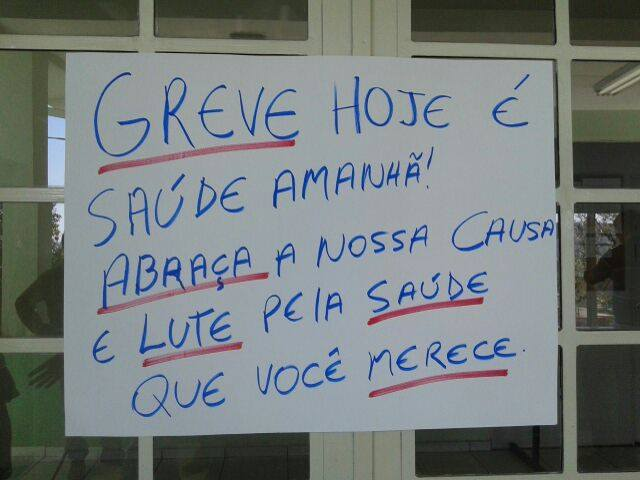 Cartaz pede que moradores apoiem a greve por uma saúde melhor. Foto: Bruno Freitas / TV Libertas