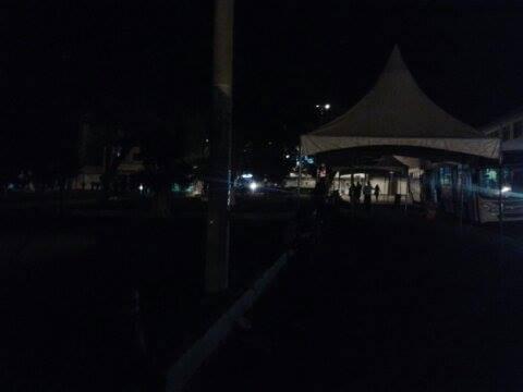 Local onde moradores esperam ônibus a noite estava desse jeito desde a semana passada.