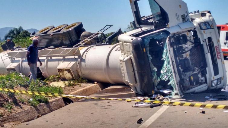 Caminhão que transportava amônia tombou próximo ao bairro Cidade Jardim.