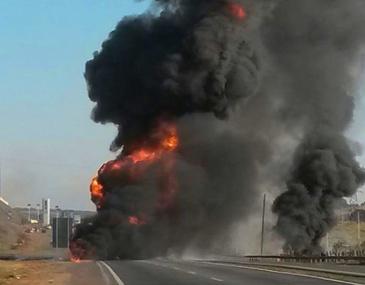 Motorista de uma das carretas ficou gravemente ferido. Uma das carretas transportava gasolina e a outra, nitrato de amônia.