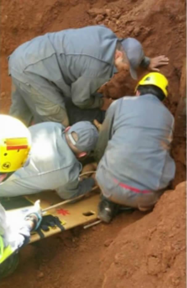 Bombeiros fazem resgate do pedreiro. Foto: Reprodução EPTV