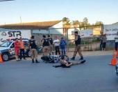 Um policial militar foi atropelado durante uma blitz no bairro Faisqueira. Segundo a PM, após sinalizar a parada, motociclista acabou acelerando a moto e atropelando o PM. Após queda, motociclista ainda tentou fugir a pé, mas foi perseguido e capturado. Segundo a polícia, o motociclista não possuía habilitação e estaria sob efeito de drogas. O […]