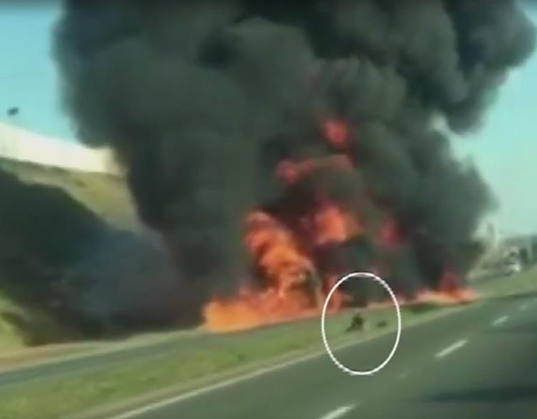 Motorista rola no canteiro central da rodovia para tentar apagar o fogo.