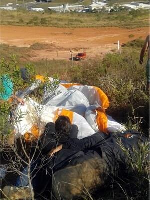 Homem foi resgatado após cair de paraglider em Pouso Alegre (Foto: Corpo de Bombeiros)