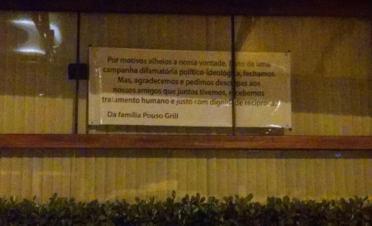 Restaurante fixou faixa na entrada, alegando que o motivo seria uma campanha político difamatória. Foto: Reprodução Facebook