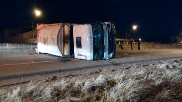 Acidente aconteceu durante a madrugada desta terça-feira (1). Motorista foi levado para o hospital com ferimentos leves.