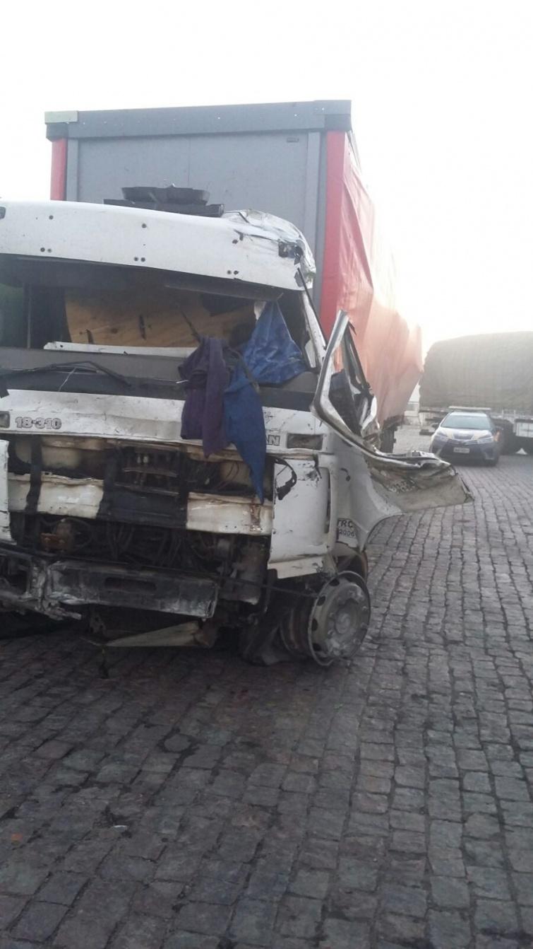 Caminhoneiro foi lançado para fora do veículo. Foto: PRF