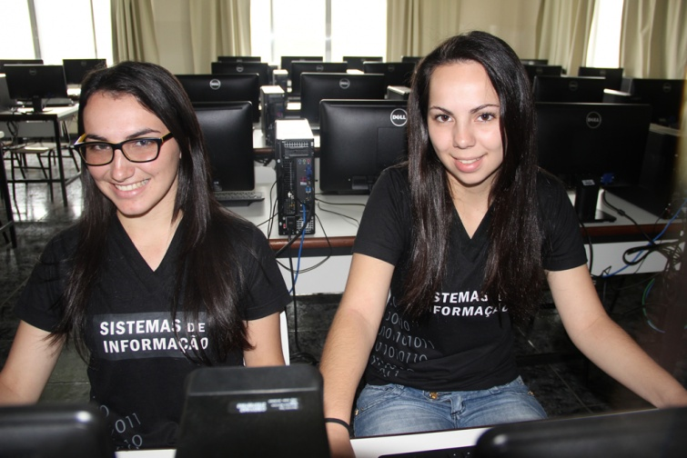 Jennifer Borges de Oliveira, aluna do 1º ano de SI, de Cambuí e Letícia Kelli da Silva, aluna do 1º ano de SI, de Cambuí