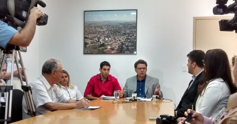 Prefeito anunciou a demissão de 20% dos cargos comissionados.